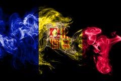 Nationale die vlag van Andorra van gekleurde die rook wordt gemaakt op zwarte achtergrond wordt geïsoleerd Abstracte zijdeachtige royalty-vrije illustratie