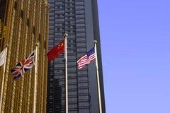 Nationale flagï ¼ ŒBlue Skyï ¼ ŒBuilding Stock Foto