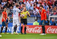 Nationale Fußballmannschaftsspieler Gerard Pique und Koke Spaniens mit Russland-Nationalmannschaftsschlaggerät Artem Dzyuba stockfotografie