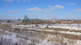 Nationale galerij en Notre Dame-kathedraal langs de bevroren sloten van het rideaukanaal, Ottawa op een de winterdag royalty-vrije stock fotografie