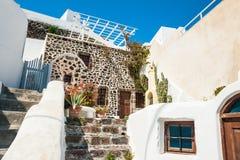 Nationale griechische Architektur, Terrasse mit Blumen Stockbilder