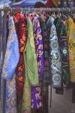 Nationale Kleidung in Ostmarkt Orientale-Kaftan Stockfotos