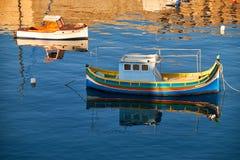Nationale Maltese periodeluzzu in de baai van Malta tussen Birgu en Kalka Stock Fotografie