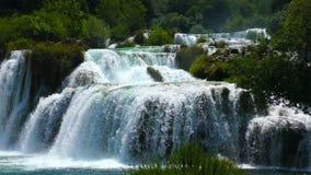 Nationale Parkwatervallen Krka in Dalmatië Kroatië stock video