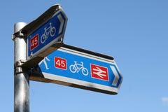 Nationale route 45 van het Cyclusnetwerk voorziet van wegwijzers Stock Foto's