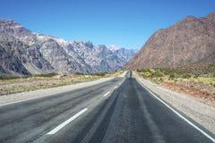 Nationale Straße 7, die durch die Abteilung von Las Heras in Mendoz überschreitet Stockfotos