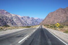 Nationale Straße 7, die durch die Abteilung von Las Heras in Mendoz überschreitet Stockfoto