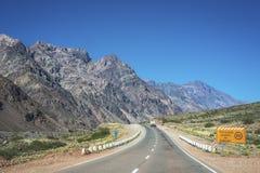 Nationale Straße 7, die durch die Abteilung von Las Heras in Mendoz überschreitet Lizenzfreie Stockbilder