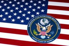 Nationale Terroristenbekämpfungs-Mitte-Dichtung und die US-Flagge Stockbilder