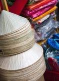 Nationale vietnamesische Hüte Aozay auf dem Markt lizenzfreies stockfoto