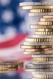 Nationale vlag van Amerika en euro muntstukken - concept Euro muntstukken e Stock Afbeeldingen