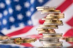 Nationale vlag van Amerika en euro muntstukken - concept Euro muntstukken e Stock Foto