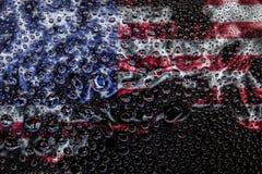 Nationale vlag van de V.S. met dalingen stock afbeelding