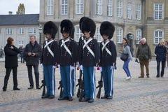 Nationale Wachposten nehmen einen Beitrag am Amalienborg-Palast auf Kopenhagen, Dänemark Lizenzfreies Stockfoto