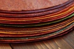 Nationaler georgischer süßer Teller - Blätter von Pasten auf einem Holztisch Stockfotografie