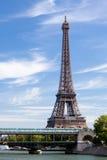 Nationaler Grenzstein Eiffelturm auf Seine-Fluss Lizenzfreie Stockfotografie