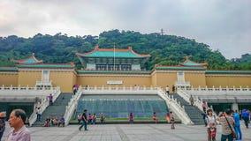 Nationaler Palast-Museum Taipehs mit vielem Touristen in der Ferienzeit stockfoto