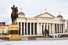 Nationales archäologisches Museum und Statue Gotse Delchev in der Mitte von Skopje, Mazedonien stockbild