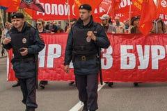 Nationales Bolsheviks, zusammen mit kommunistischen Parteianhängern nehmen an einer Sammlung teil, die den Maifeiertag markiert Stockfoto