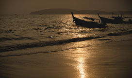 Nationales Fischerboot in Thailand im Meer bei Sonnenuntergang stockfotografie