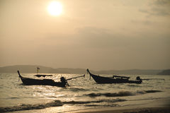 Nationales Fischerboot in Thailand im Meer bei Sonnenuntergang stockbild