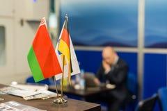 Nationales Germanynational Deutschland und Weißrussland-Flaggen an der Ausstellung Stockbilder
