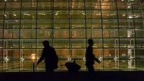 Nationales großartiges Theater Pekings China nachts, das Schattenbild der gehenden Leute stock footage