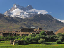 Nationales moslemisches Haus im Hochgebirge des Zanskar-Tales: eine Steinwohnung mit Flachdach steht unter grünen Feldern und Lizenzfreies Stockfoto