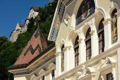 Nationales Palast u. Vaduz-Schloss, Lichtenstein Stockfotografie