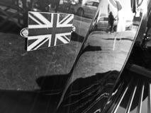 Nationales Union Jack Logo Vereinigten Königreichs auf klassischem Auto im blac Stockbilder