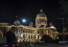 Nationalförsamling av Serbien vid natt royaltyfri foto