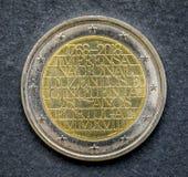 Nationalmannschaft der Münze des Euros zwei gab durch Portugal auf einem schwarzen Hintergrund 2018 heraus Lizenzfreie Stockbilder