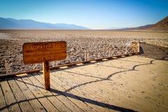 Nationalpark Death Valley während des wolkenlosen heißen Tages Stockfotos