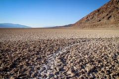 Nationalpark Death Valley während des wolkenlosen heißen Tages Stockbilder