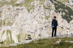 Nationalpark Durmitor, Montenegro, am 18. Juli 2017: Wanderer macht eine Pause Lizenzfreie Stockbilder