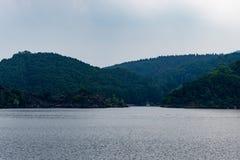Nationalpark Eifel Achen στη Γερμανία - άποψη σχετικά με τη λίμνη σε Rurtal στοκ εικόνες