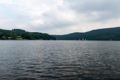 Nationalpark Eifel Achen in Deutschland - Ansicht über den See bei Rurtal lizenzfreie stockbilder