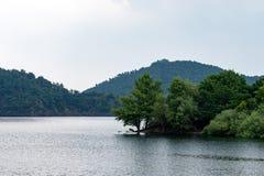 Nationalpark Eifel Achen in Deutschland - Ansicht über den See bei Rurtal lizenzfreie stockfotos