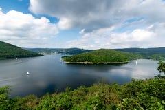 Nationalpark Eifel Achen em Alemanha - vista no lago em Rurtal Fotos de Stock Royalty Free