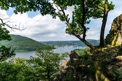 Nationalpark Eifel Achen en Alemania - opinión sobre el lago en Rurtal fotografía de archivo