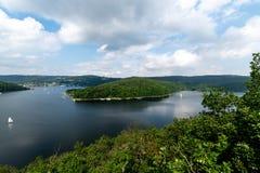 Nationalpark Eifel Achen en Alemania - opinión sobre el lago en Rurtal foto de archivo
