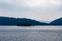 Nationalpark Eifel Achen en Alemania - opinión sobre el lago en Rurtal imagenes de archivo
