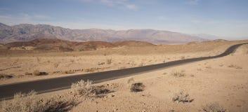 Nationalpark för Badwater vägDeath Valley Panamint bergskedja Arkivfoto