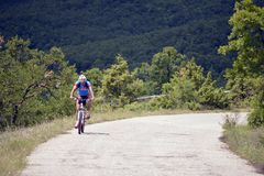 NATIONALPARK GALICICA, MAKEDONIEN - JUNI 21, 2015: Cykeln turnerar Arkivbilder