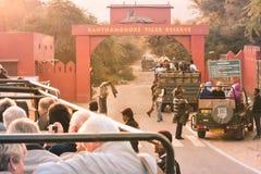 Nationalpark Ranathambar, Indien, Asien, am 6. Mai 2018: Touristische Autos richteten außerhalb des Haupteingangs Nationalparks R lizenzfreie stockfotos