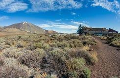 Nationalpark Teide, Tenerife, Spanien - Oktober 17, 2018: Vulkaniskt landskap i Los Roques de Garcia nära den Teide vulkan Hotell arkivfoto