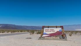 Nationalpark-Zeichen Death Valley mit Straße Lizenzfreie Stockbilder
