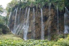 NationalparkPlitvice Kroatien för sjöar - härliga vattenfall på en solig dag arkivbilder