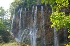 NationalparkPlitvice sjöar - Kroatien Flera höga vattenfall sid - vid - sidan royaltyfria foton