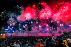 Nationaltag-Feuerwerks-Feuerwerke leuchten Victoria Harbour von Hong Kong Stockbilder